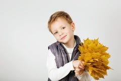 愉快的快乐的美丽的小男孩画象反对白色后面的 免版税库存照片