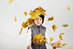 愉快的快乐的美丽的小男孩画象反对白色后面的 库存图片