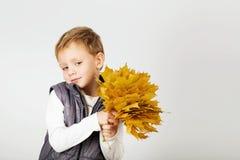 愉快的快乐的美丽的小男孩画象反对白色后面的 免版税库存图片