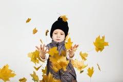 愉快的快乐的美丽的小男孩画象反对白色后面的 库存照片