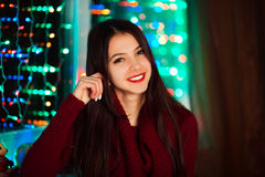愉快的快乐的美好的女孩丝毫相当白色微笑的图片在有圣诞灯的演播室 五颜六色的俏丽的微笑的女孩 库存照片