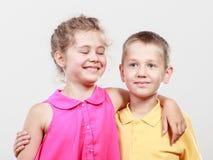 愉快的快乐的逗人喜爱的孩子小女孩和男孩 免版税库存图片