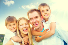 愉快的快乐的年轻家庭 免版税库存图片