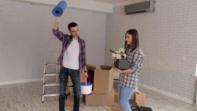 愉快的快活的年轻人在他们新的公寓跳舞并且获得乐趣 股票录像