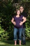 愉快的怀孕的夫妇户外 免版税库存照片