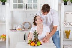 愉快的怀孕的家庭和健康食物 免版税图库摄影