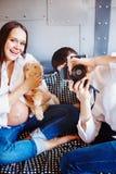 年轻愉快的怀孕的家庭获得乐趣 库存图片