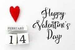 愉快的情人节字法 与红色心脏的白色万年历在顶面华伦泰` s天卡片 平的位置 问候 库存图片