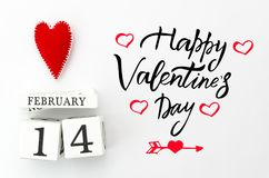 愉快的情人节字法 与红色心脏的白色木日历在顶面华伦泰` s天卡片 平的位置 复制空间 免版税库存图片