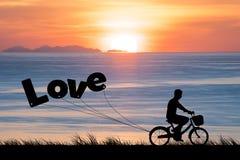 愉快的情人节,剪影在暮色日落天空的人自行车 免版税库存照片