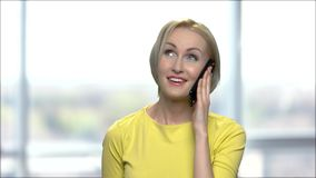 愉快的情感妇女谈话在手机 股票录像