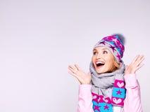 愉快的惊奇的妇女在冬天穿衣激动正面 免版税库存照片