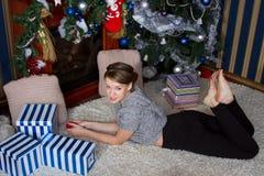 愉快的惊奇的妇女在家 库存图片