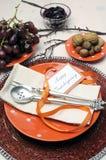 愉快的感恩午餐、早午餐或者偶然现代用餐的破旧的别致的桌设置 免版税库存照片