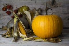 愉快的感恩天,在一张木桌上的装饰与Pumpki 免版税库存图片