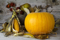 愉快的感恩天,在一张木桌上的装饰与Pumpki 免版税库存照片