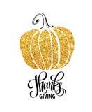 愉快的感恩天,给感谢,秋天金子闪烁设计 与金黄南瓜剪影的印刷术海报和 库存例证