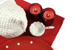 愉快的感恩或圣诞节餐桌与火鸡焙盘的餐位餐具 免版税库存照片