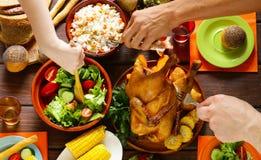 愉快的感恩!与被烘烤的鸡的欢乐桌 库存图片