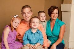 愉快的慈爱的父母和他们childern 库存照片