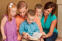 愉快的慈爱的父母和他们childern 免版税库存照片