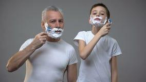 愉快的成人剃人和青春期前的男孩,孩子教学是人,早晨仪式 影视素材