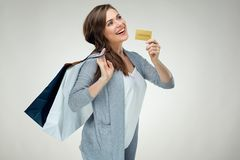 愉快的成功嘘的妇女偶然穿戴的举行的信用卡 免版税库存图片