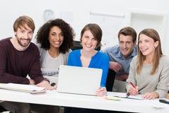 愉快的成功的不同种族的年轻企业队 免版税库存照片