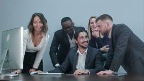愉快的成功的多种族企业笑和欢呼他们的成功 股票录像