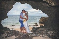 愉快的成功的夫妇画象,拥抱在洞巴厘岛 免版税库存图片