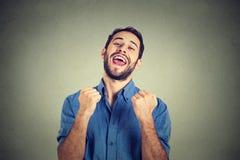 愉快的成功的学生,赢取的商人,拳头抽了庆祝成功 库存图片