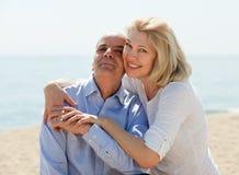 愉快的成熟妇女和前辈海滩的在度假 免版税库存照片