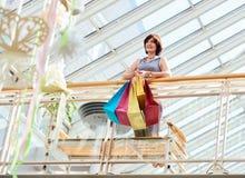 愉快的成熟购物妇女 免版税库存图片