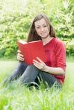 愉快的户外放松的学员 免版税库存图片