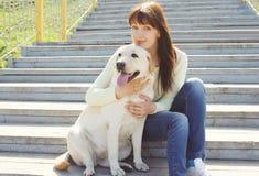 愉快的拉布拉多猎犬狗和所有者妇女一起 免版税图库摄影