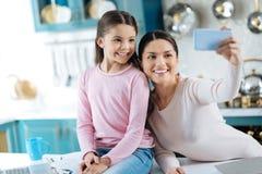愉快的拍照片的女儿和妈妈 库存照片