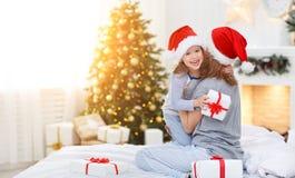 愉快的拥抱和给在克里斯的家庭母亲和孩子礼物 库存图片