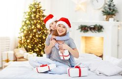 愉快的拥抱和给在克里斯的家庭母亲和孩子礼物 免版税图库摄影