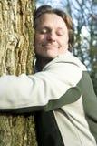 愉快的拥抱的人结构树 免版税图库摄影