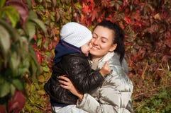愉快的拥抱的母亲和女儿 免版税库存图片