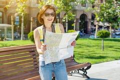 愉快的拿着照相机和地图的妇女游客旅行 免版税库存照片