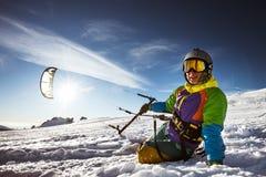 愉快的挡雪板拿着snowkite 免版税库存图片