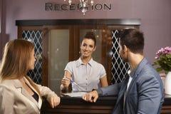 愉快的接待员画象在旅馆 库存图片
