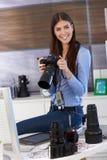 愉快的摄影师女孩在工作 免版税库存照片