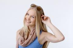 愉快的斯堪的纳维亚妇女夏天画象  库存图片