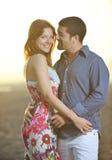 愉快的新夫妇有在海滩的浪漫时间 免版税库存照片