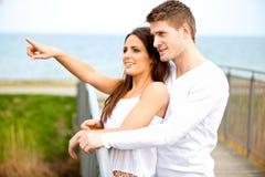 愉快的新夫妇约会户外 免版税库存图片