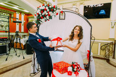 愉快的新娘加上在婚礼聚会的礼物 免版税库存图片