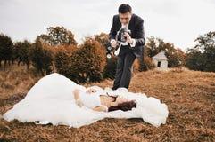 愉快的新娘和新郎一起 免版税库存照片