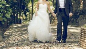 愉快的新娘和新郎一起 免版税库存图片